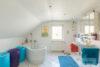Solingen-Ohligs: MFH + EFH | 365 m² Wohnfläche | 506 m² Eckgrundstück mit Terrasse & Carport uvm. - Dusch- und Wannenbad OG