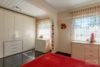 Köln: Bungalow mit 106 m² Wohnfläche + 35 m² Wintergarten | große Ausbaureserve | Feldblick uvm. - Schlafzimmer