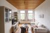 Linden-Mitte: Sehr helle DG-Wohnung | 2 Zimmer | ca. 45 m² Wohnfläche | Kein Sanierungsstau uvm. - Wohnzimmer mit Blick ins Grüne