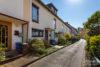 Grone: Reihenmittelhaus mit ausgeb. Dachboden | 3 Bäder | Terrasse mit Glasdach | Vollkeller uvm. - Stichweg mit Sicht auf den Hauseingang